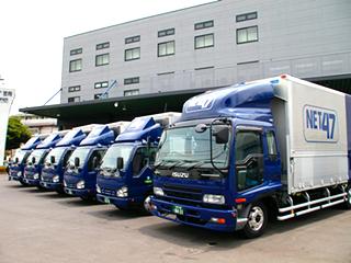 会社のロゴが入ったトラック。シンプルなデザインで運転しやすい。内装もキレイ。